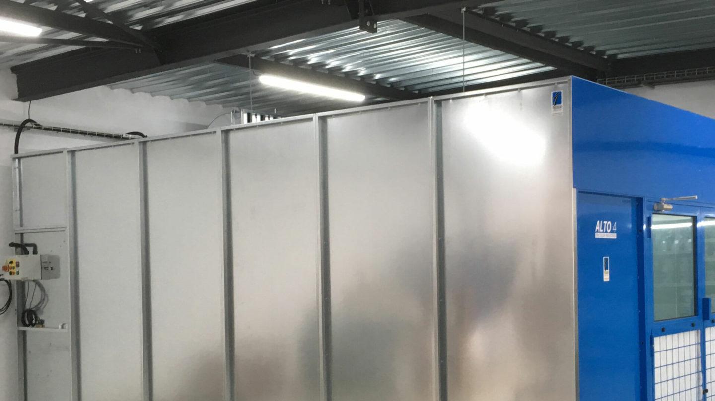 vue détail d'une cabine de peinture industrielle fermée