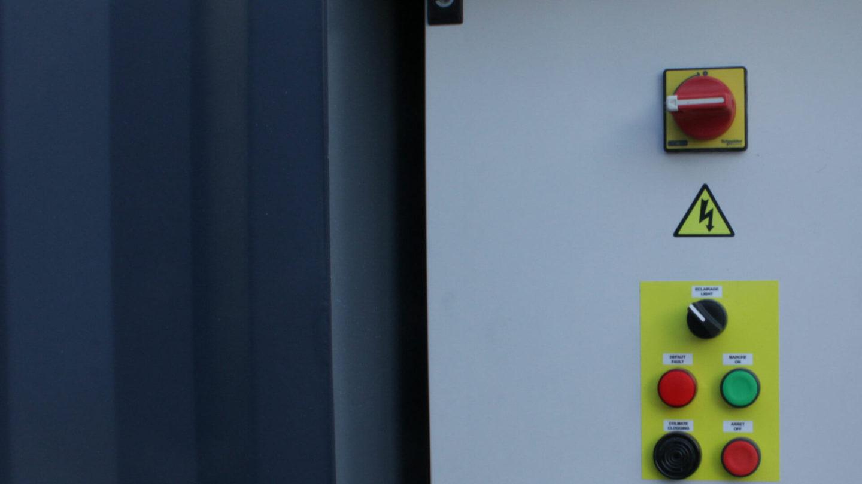 vue détail d'un coffret de commande pour cabine de peinture