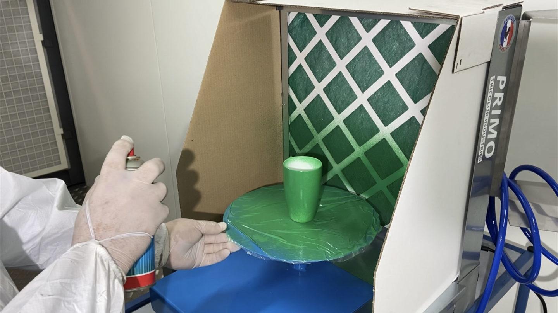 application de peinture dans une petite cabine de peinture