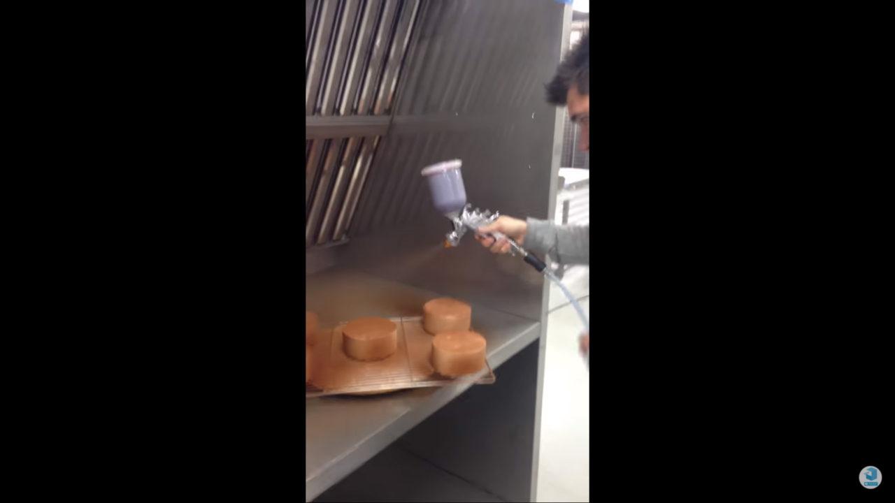 pistolage de cacao dans une cabine de flocage alimentaire avec Sébastien Bouillet
